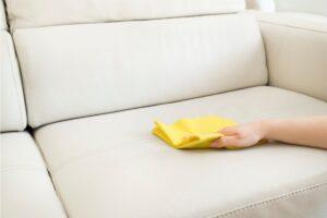 Як відмити плями від кулькової ручки на шкіряному дивані?